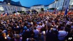 Người biểu tình tụ tập trước dinh tổng thống kêu gọi Tổng thống Andrzej Duda bác dự luật cải tổ Tòa án Tối cao của nước này, ở Warsaw, Ba Lan, ngày 20 tháng 7, 2017.