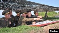 Lãnh tụ Bắc Triều Tiên Kim Jong-un thăm đơn vị 507 của Quân đội Nhân dân Triều Tiên (KPA) tại núi O-sung, ngày 2/6/2013.