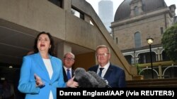 Presiden Komite Olimpiade Australia John Coates dan Perdana Menteri Queensland Annastacia Palaszczuk memberi keterangan pers mengenai permohonan Brisbane untuk menjadi tuan rumah Olimpiade 2032, di Brisbane, Australia, 25 Februari 2021. (Foto: AAP via Re
