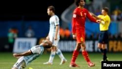 흰색 바탕에 줄무늬 유니폼을 입은 아르헨티나 선수들이 5일 벨기와의 8강전에서 승리한 뒤 기뻐하고 있다.