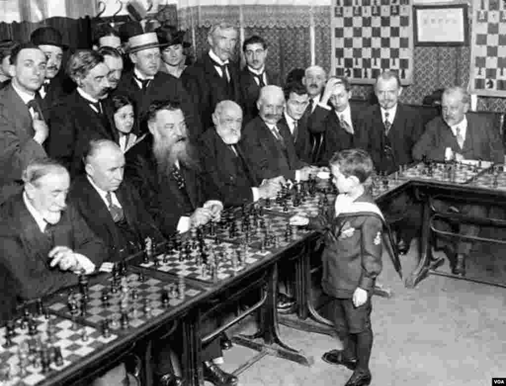 8 yaşlı Samuel Reşevski eyni zamanda bir neçə şahmat qrossmeysterini məğlub edir. Fransa, 1920.