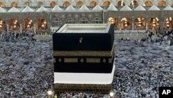 카바 신전 둘러싼 무슬림 순례자들