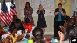 Đệ nhất phu nhân Hoa Kỳ Michelle Obama (trái) được các giáo viên và học sinh của dự án Peace Corp chào đón tại Monrovia ở Kakata, Liberia, ngày 27 tháng 6 năm 2016.