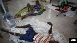 Заболевшие холерой люди в одной из больниц Гаити. 23 октября 2010 года