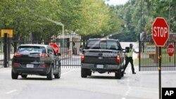 Guardias de seguridad abren las puertas en el Fuerte Lee, en el sur de Virginia, donde se reportó un tiroteo.