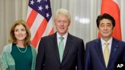 美国驻日本大使卡罗琳·肯尼迪与克林顿前总统,日本首先安倍晋三