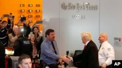川普(黑色西裝)到訪紐約時報
