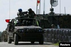 台灣軍方星期四在南部屏東地區組織進行了一次大規模軍演。