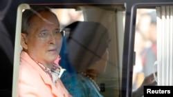 Raja Thailand Bhumibol Adulyadej dan Ratu Sirikit meninggalkan rumah sakit Siriraj di Bangkok (1/8) setalah menjalani perawatan selama empat tahun.
