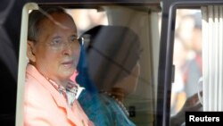 Raja Thailand Bhumibol Adulyadej dan Ratu Sirikit meninggalkan rumah sakit Siriraj di Bangkok, Agustus 2013. (Reuters/Chaiwat Subprasom)