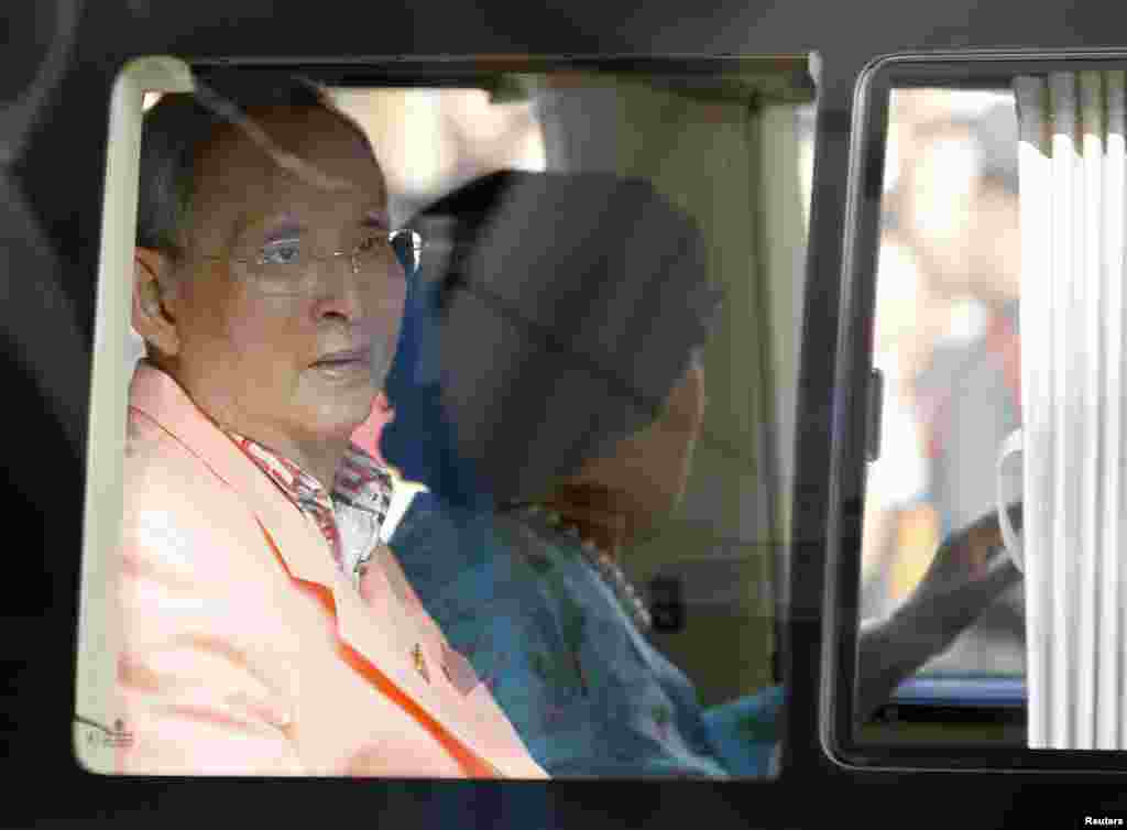 King Bhumibol Adulyadej and Queen Sirikit leave Siriraj hospital in Bangkok, Aug. 1, 2013.