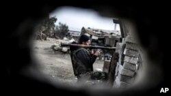 지난 20일 시리아 알레포에서 정부군과 교전 중인 반군 병사들.