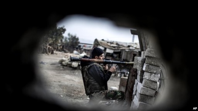 Binh sĩ của lực lượng Giải phóng Syria chiến đấu với Lực lượng chính phủ ở Aleppo, ngày 20/1/2013.