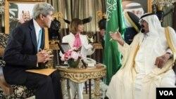 ລມຕ ຕ່າງປະເທດ ສະຫະລັດ ທ່ານ John Kerry ພົບປະກັບ ກະລັດ Abdullah ແຫ່ງຊາອຸດີ ອາຣາເບຍ
