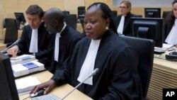 Jaksa penuntut ICC, Fatou Bensouda (kanan depan) meminta waktu lebih banyak untuk mengumpulkan bukti bagi sidang atas Presiden Kenya (foto: dok).