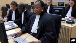 Trưởng ban công tố Tòa án Hình sự Quốc tế Fatou Bensouda (phải) tại phiên tòa ở La Haye, Hà Lan