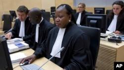 Jaksa Kepala Fatou Bensouda (kanan) dalam ruang sidang ICC, di Den Haag, Belanda, 27 November 2013 (Foto: dok).
