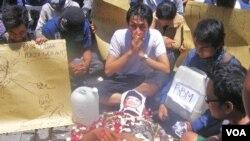 Puluhan mahasiswa Bali menggelar aksi treatrikal di sepanjang Jalan Gajah Mada di Denpasar, mengecam rencana kenaikan harga BBM (15/3).