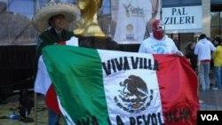 Los mexicanos son muchos, se les ve en cada esquina de Johannesburgo. Y dicen estar seguros de ganarle a Uruguay.