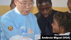 Ban Ki-moon e Raquelina Langa em Maputo, 2013