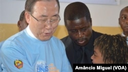 Le Secrétaire général de l'ONU Ban ki-moon et un activiste mozambicain Raquelina Langa