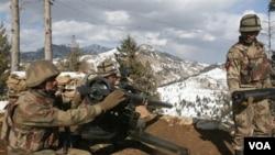 Tentara Pakistan siaga di sebuah pos di Waziristan Utara. Serangan pesawat tak berawak AS menewaskan pemimpin jaringan Haqqani di Waziristan utara, Kamis (13/10).