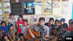 Fadli dari grup musik PADI menghibur anak-anak korban lumpur Lapindo dengan menyanyikan lagu-lagu bagi mereka (17/10).
