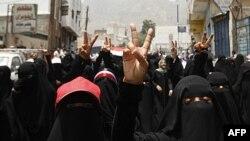 Yəməndə 10 mindən artıq qadın prezidenti tənqid edərək küçələrə çıxıb