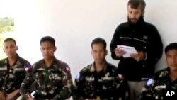 ທະຫານຮັກສາສັນຕິພາບຂອງອົງການສະຫະປະຊາຊາດ ຈາກຟີລິບປິນ 4 ຄົນ ທີ່ຖືກລັກພາຕົວ ແລະຖືກພົບເຫັນໃນເມືອງ Daraa ຂອງຊີເຣຍ ໃນວັນທີ 9 ພຶດສະພາ 2013.
