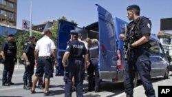 ARHIVA - Kosovska policija sprovodi u sud Albanca za kojeg se sumnja da se pridružio ekstremistima u Siriji, Priština 12. avgust 2014.