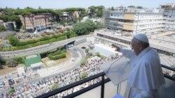 Papa Francis aliongoza sala akiwa kwenye kibaraza cha hospitali ya Gemelli huko Roma