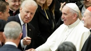 El vicepresidente Biden también saludo al papa Francisco y luego sostuvo una reunión privada con él.