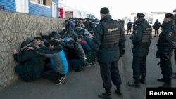 Polisi Rusia menahan para imigran asal Asia Tengah dan Kaukasus di distrik Biryulyovo, Moskow selatan, Senin (14/10).