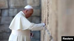 羅馬天主教教宗方濟各訪問了西牆,在那裡低頭祈禱了幾分鐘