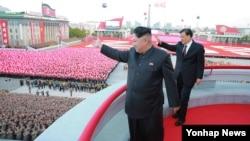 김정은 북한 국방위원회 제1위원장이 지난 10일 노동당 창건 70주년을 맞아 평양 김일성광장에서 열린 열병식에 참석했다고 조선중앙통이 보도했다. 오른쪽은 류윈산 중국 공산당 정치국 상무위원.