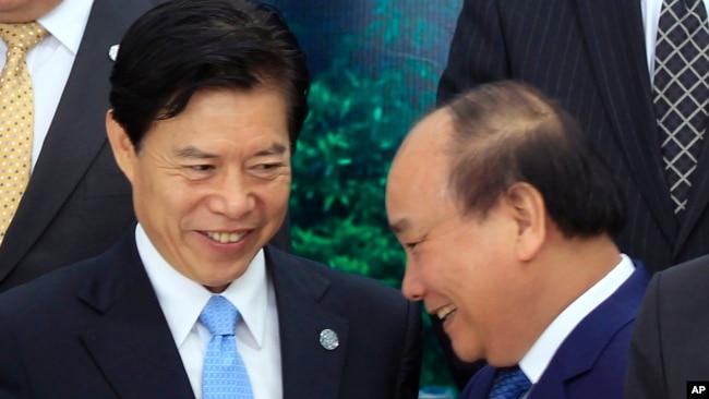 Bộ trưởng Thương mại Trung Quốc và Thủ tướng Việt Nam tại cuộc họp của APEC.