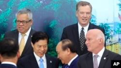 Thủ tướng Nguyễn Xuân Phúc bắt tay Bộ trưởng Thương mại Trung quốc Zhong Shan tại Hội nghị bộ trưởng thương mại các nước APEC tổ chức tại Hà Nội ngày 20/5/2017,