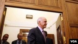 Perdana Menteri George Papandreou meninggalkan rapat kabinet di Athena, Minggu (6/11).