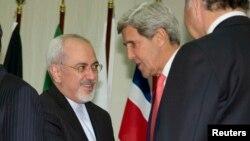 El ministro de Relaciones Exteriores de Irán, Mohamed Javad Zarif, saluda al secretario Kerry, en una foto tomada en noviembre 2013. Ambos se reunieron nuevamente el domingo en Nueva York.