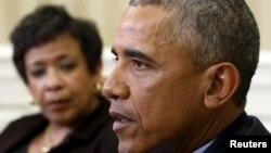 Le président Barack Obama discute avec la ministre américaine de la Justice , Loretta Lynch à la Masion Blanche à Washington, 4 janvier 2016