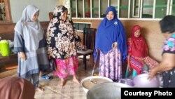 Para ibu di kampung Lamseupeng, Banda Aceh-NAD bersama-sama memasak bubur Asyura, bubur khas untuk berbuka puasa 10 Muharam. (Courtesy: Fikriah Haridhi/Bd.Aceh)