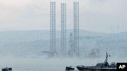 Нефтяная платформа в Кольском заливе в районе Мурманска (архивное фото)