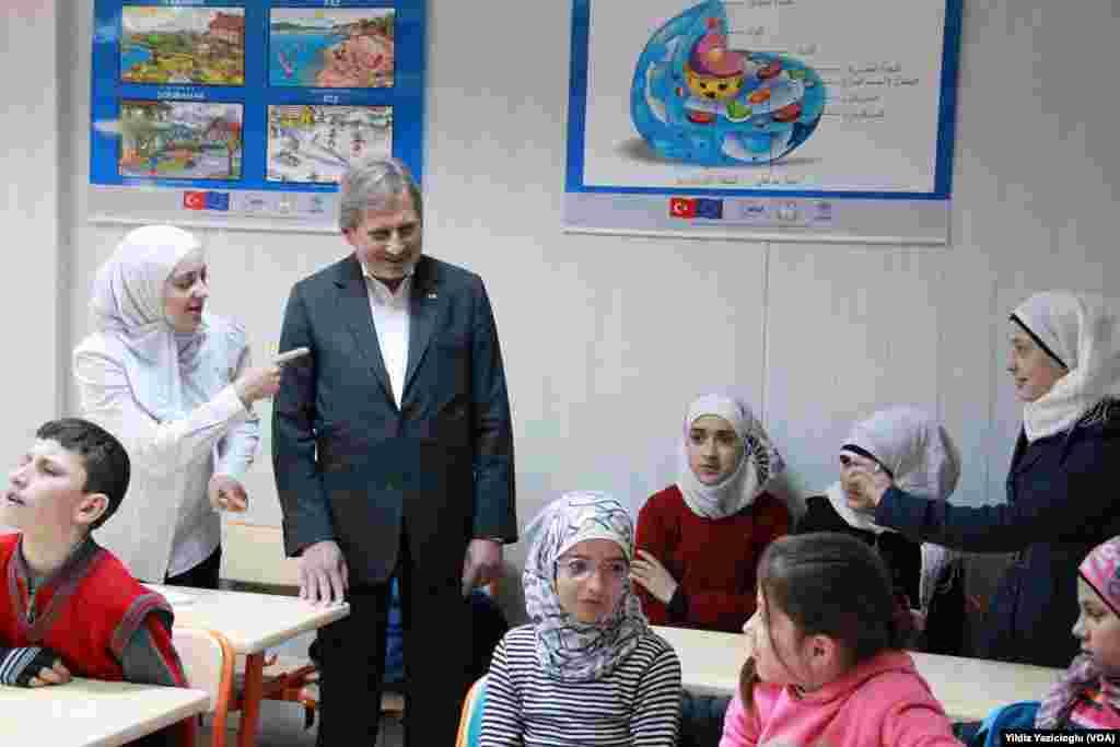 Johannes Hahn, Kahramanmaraş'ta Suriyeli mülteci çocukların okuduğu bir okulu ziyaret ederken