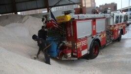 Para petugas pemadam kebakaran di kota New York menyiapkan garam di truk mereka untuk mengantisipasi datangnya badai salju (8/2).