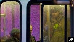 Penumpang bus dan petugas darurat di AS. (Foto: Ilustrasi)