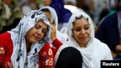 Des femmes sont en deuil alors qu'elles attentent à la sortie de la morgue à Gaziantep, après qu'un attentat suicide ait visé un mariage, en Turquie, le 21 août 2016.
