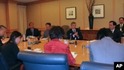 台湾国防部副部长杨念祖(中)对媒体简报