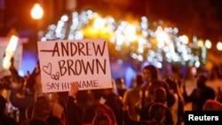 Demonstranti u Elizabeth City-ju poslije smrti Andrew Brown jr-a