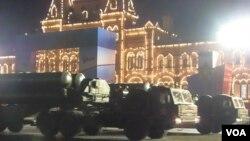 莫斯科紅場閱兵彩排中展示的S-400防空導彈 (美國之音白樺拍攝)