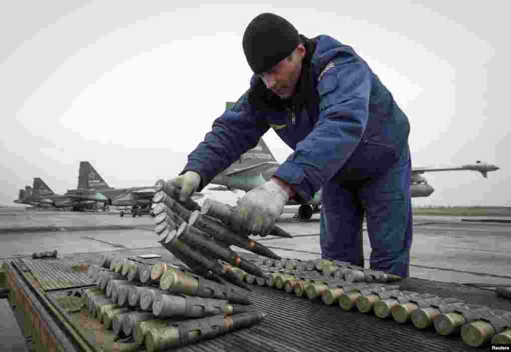 یو روسی سرتیری په ستاوروپول کې له مشق او تمرین دمخه د یوې سو ٢٥ جنگي جت الوتکې مهمات ازمایي.